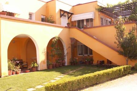 Όμορφη μονοκατοικία με κήπο - Huis