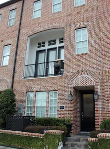 East Downtown Townhouse - No fees! - Houston