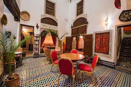 Riad Dar TAMO Triple Room - Baldaquin - Fès
