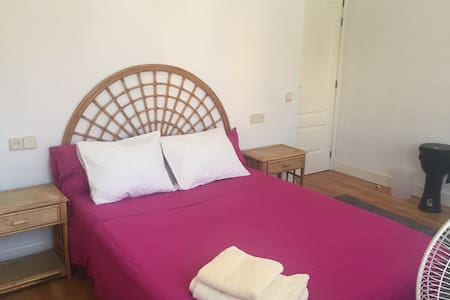 Lovely room near airport: 7 min/car - Huis