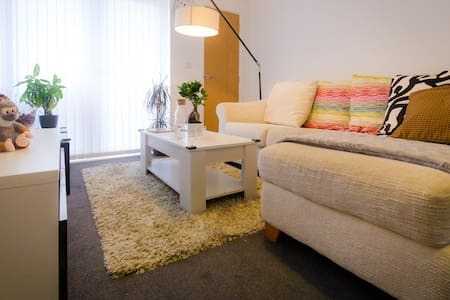 Clean private double bedroom + Parking - Leeds
