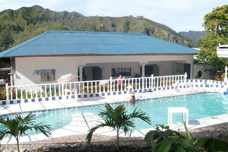 Casa con piscina en Honda - Ház