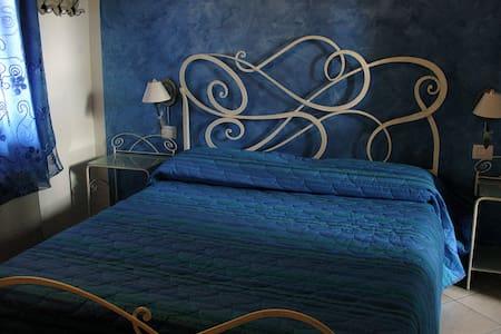 Camera matrimoniale con bagno - Bed & Breakfast