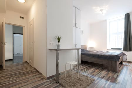 Linden III private bathroom & wifi - Budapest - House