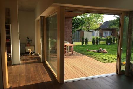 Architect-Villa with garden, 25min to city center - Villa