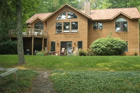 Beautiful Cedar Home on N Lake Leelanau - Leland - House