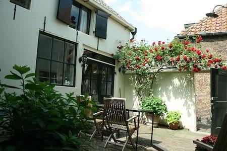 Charming transformed barn from 1680, along Vecht. - Breukelen - Huis