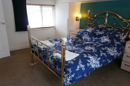 Private bedroom with ensuite bathroom, Nr Coventry - Casa