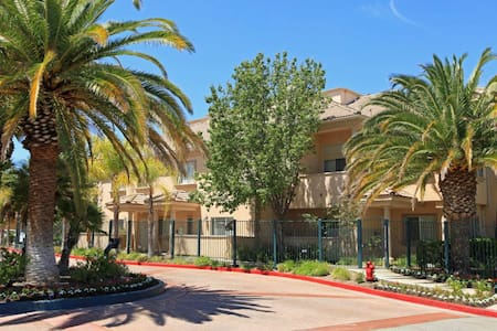 3 Level Luxurious TownHome - Santa Clarita - Adosado