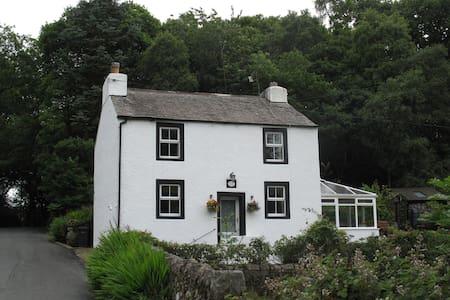 198 year old house in Eskdale, Cumbria, sleeps 6 - Huis