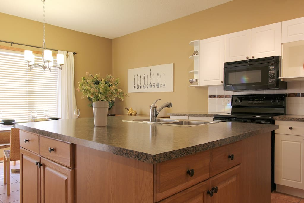 LEVEL 2 : Bright open kitchen