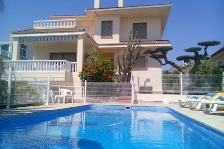 Fantastic villa, 5 bdr with pool & 200M to beach - Huis