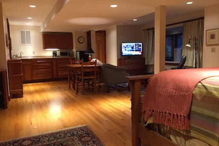 Private Suite in Quiet Home - Williamstown - House
