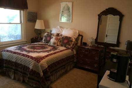 Wildrose Corner: Private Bedroom in Craftsman Home - Monrovia