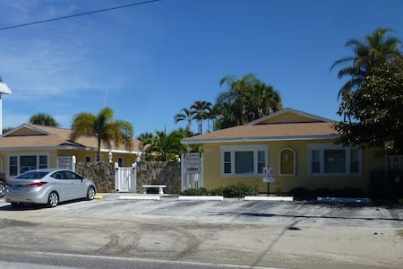 Family friendly Cottage by the Sea - Holmes Beach - Condominium
