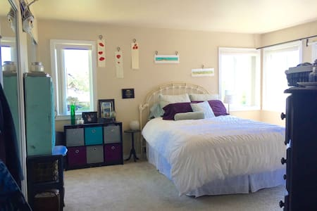 West Hills Master Bed & Bath with Pool - Apartment