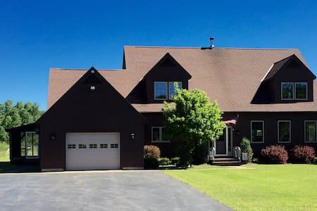 Adirondack Pines Estate - Pool & Hot Tub! - Rumah
