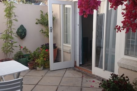 Garden flat with separate entrance - Huis