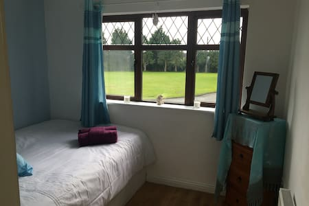 Double bedroom   15 minute  walk from town centre - House