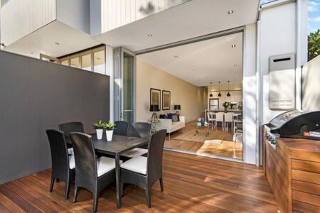 Brand new modern home - House