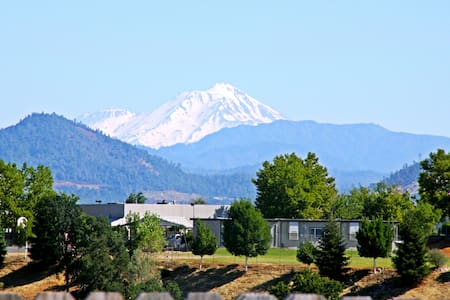 Mount Shasta View Home - West Room - Haus