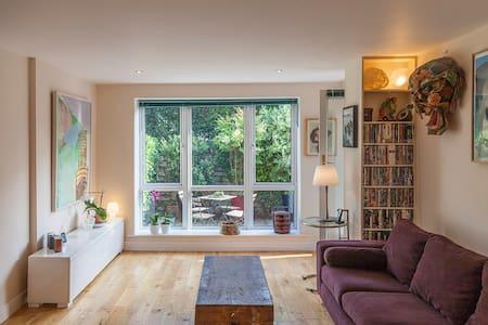 Modern art filled apartment in Sandyford - Wohnung