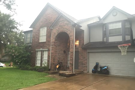 Close to woodlands and willowbrook - Spring - House