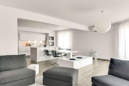 City Center URBAN COMFORT w/Parking (sleeps 1-5) - Apartment