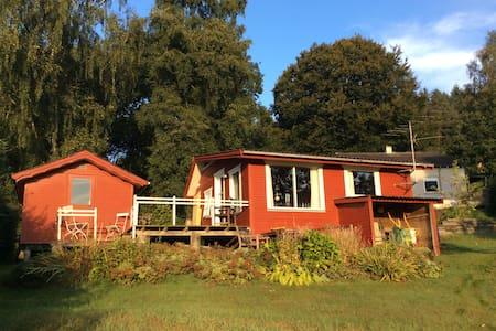 Hyggeligt træhus tæt ved Silkeborg i Funder Ådal - Hytte