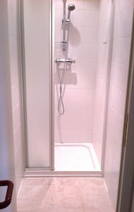 Chambre une personne avec coin salle de bain - Ház