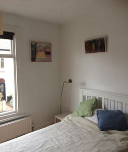 Large light room close to station - Cambridge - House