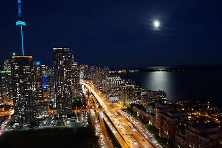 Affordable Downtown 42nd Floor Condo w/ Parking - Toronto - Appartement