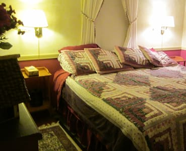 First Floor: Parlor Suite, Sleeps 5 - Phippsburg