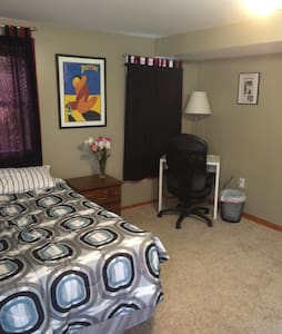 One bedroom w/ private bathroom and parking - Pittsburgh - Huis