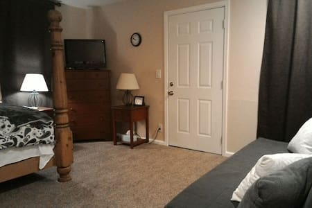 Studio apt with private entrance. - Buena Park - House