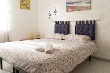 Camera matrimoniale con bagno priva - Aprilia - Apartment