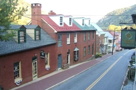 Historic home Downtown HarpersFerry - Harpers Ferry - House