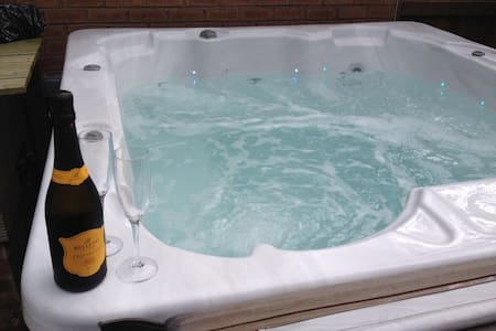 Cheshire home with Hot tub & Sky TV - Dom