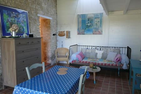 Petit logement tranquille avec piscine - House