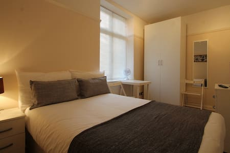 Lovely double room. 2 min from underground station - Londres - Appartement