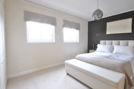 Large double bedroom - Twickenham Lebanon Court - Apartment