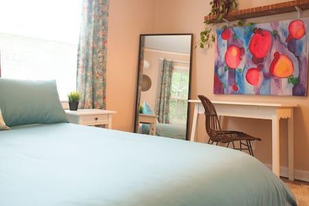 Color & comfort in artist hideaway - Oak Grove - Huis