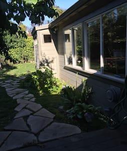 Sunny studio near UCB - Ház