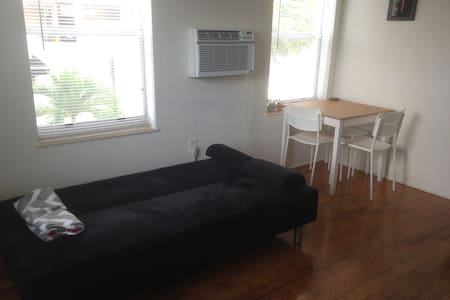 Couch/Living room/10 min from Airport! Coral Gable - Coral Gables
