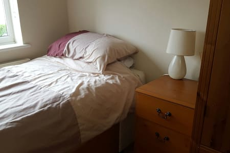 Clean single room close to Heathrow - 아파트