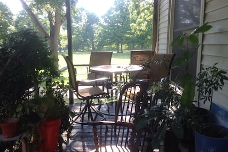 Charming farm house 15 min from downtown Ann Arbor - Hus
