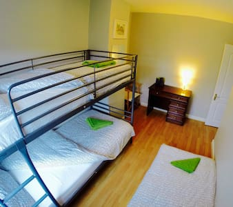 Private room, single bed 1 to 3ppl. - Finglas