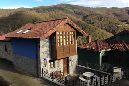 Casa especial de montaña, con galería y terraza. - House