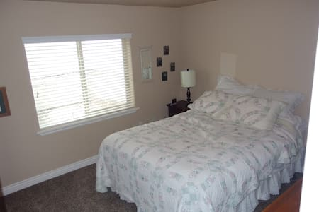 Private room, bath & kitchenette - South Jordan - Hus