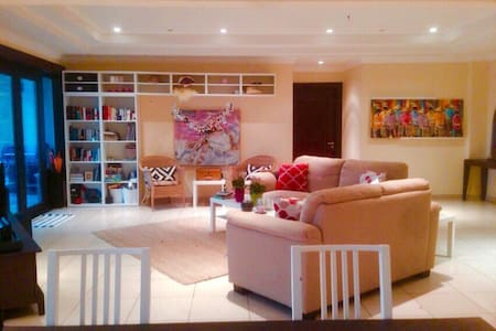Comfortable bedroom in an exquisite apartment - Doha - Apartment